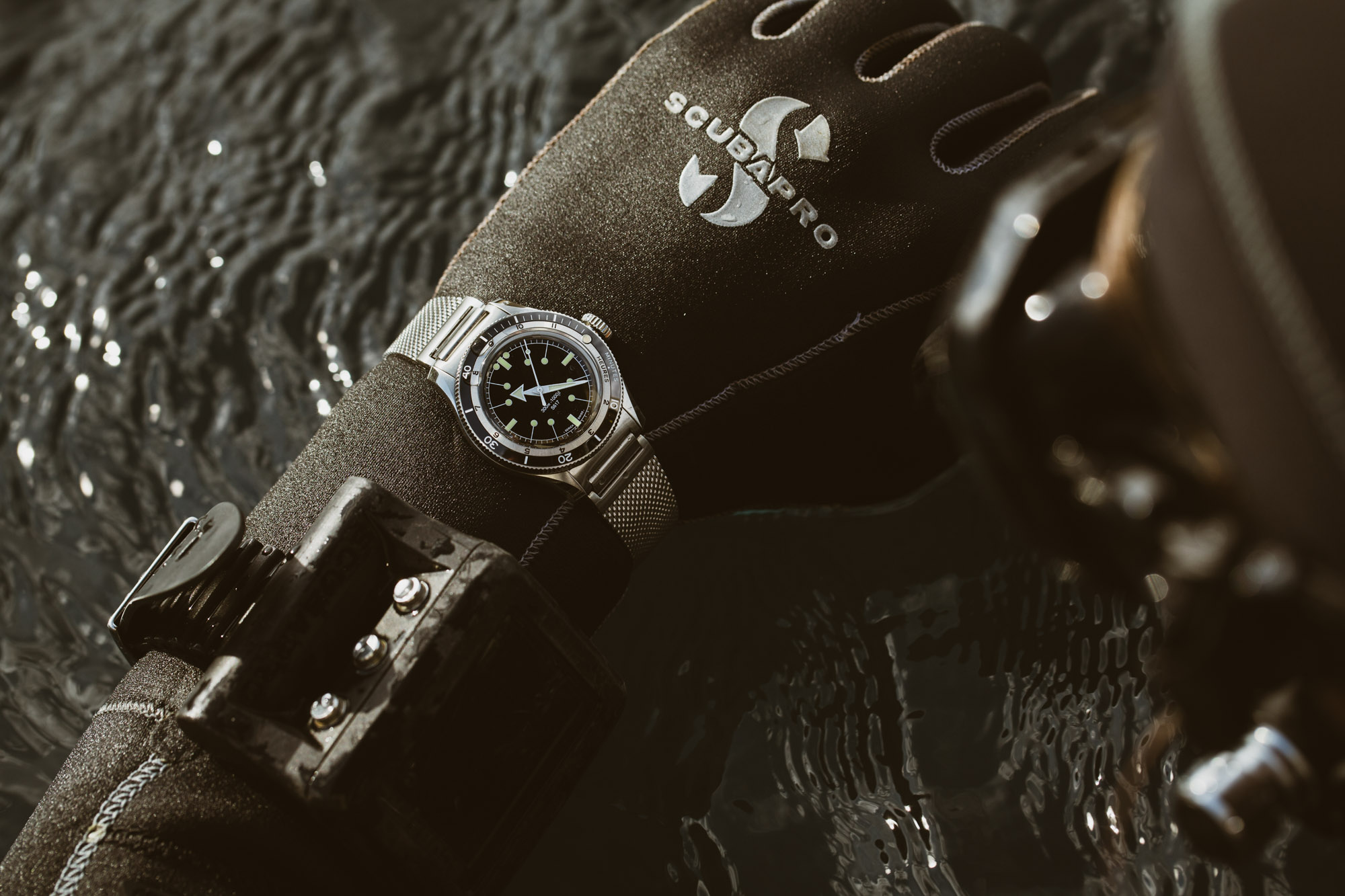 Serica 5303-1 black lifestyle